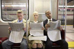 Zeitungsleser in U-Bahn